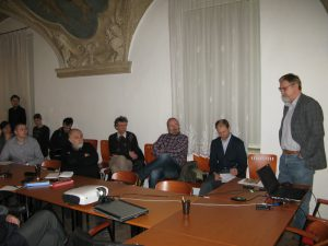 Dr. Petružela při diskusi. Od něj třetí po pravici dr. Kožíšek. Foto T. Schwarz